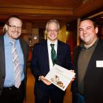 v.l.n.r.: Martin Suter, Ständerat Thomas Minder und Daniel Wäfler mit der Festschrift